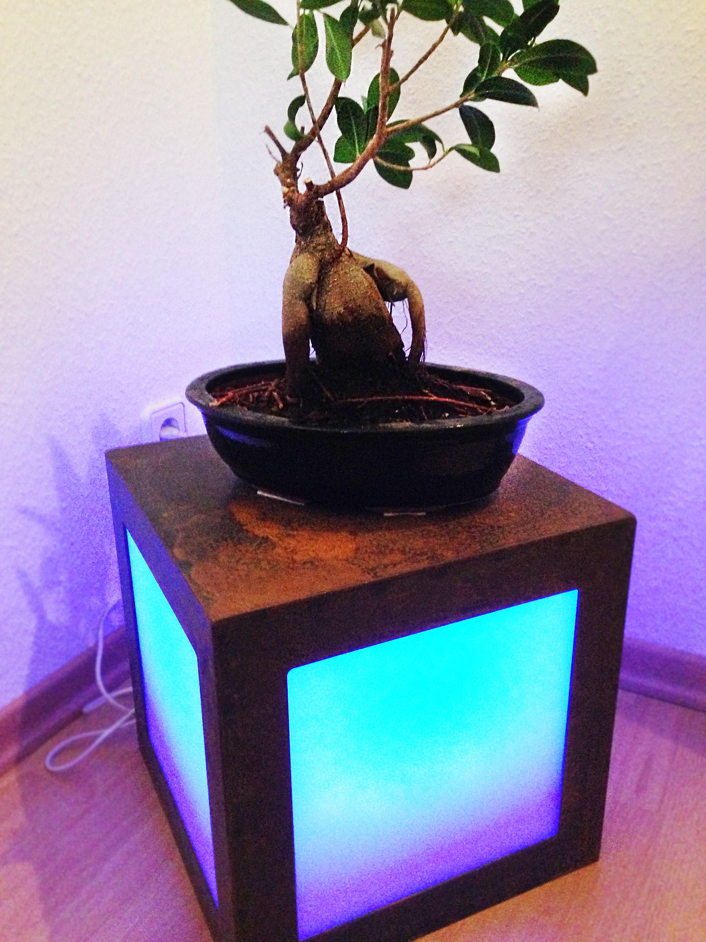 Unser Azubi Christopher Hirsch baut einen LED-Würfel!