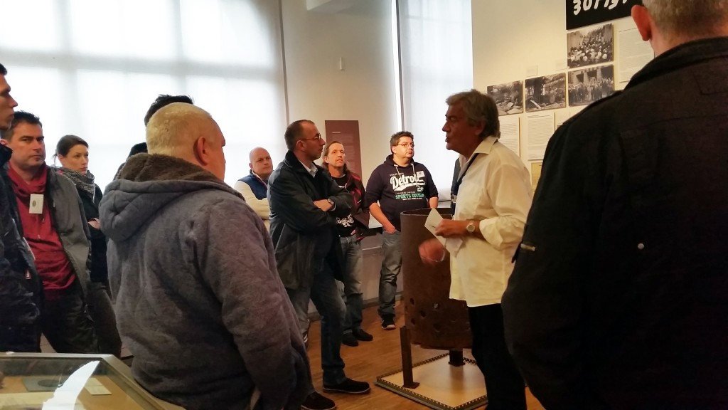 Unsere Gruppe sah sich das Innere des Museums an.