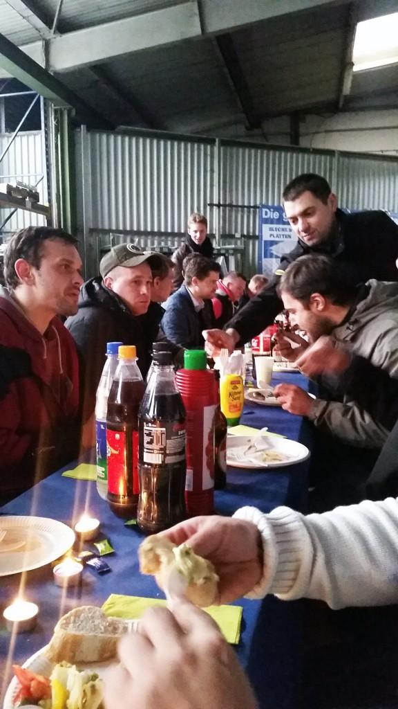 Ein gemütliches Zusammensein bei Kerzenschein - es gab lecker Grillwurst und tolle Salate. Und natürlich Kölsch. ;)