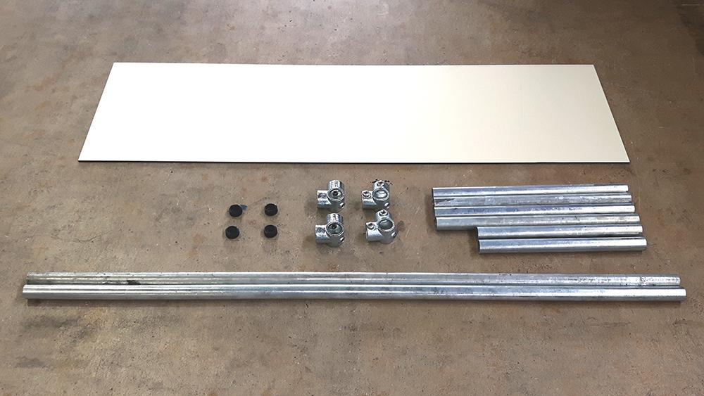 1. Zuerst müssen die verzinkten Konstruktionsrohre sowie die Sitzfläche aus einer RESOPAL® X-Line Platte auf das gewünschte Maß zugeschnitten werden. Das könnt Ihr ganz einfach und schnell in Eurem ProKilo-Markt machen lassen!